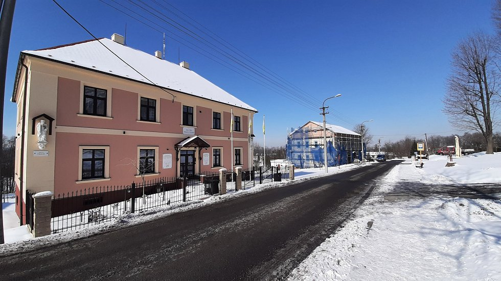 Hornická obec Stonava před 30 lety doslova vstala z popela. Dnes má necelých 2000 obyvatel a velmi dobrou infrastrukturu.  Budova fary.