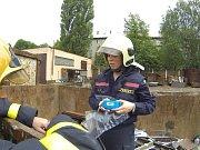 Zásah hasičů a plynařů v místě, kde byl zjištěn únik silně zapáchajícího plynu.