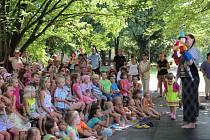 Pohádka pro děti a promenádní koncert pro dospělé v parku za KD Radost.