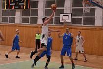 Poprvé po půlroce si zahrál i Tomáš Hamrus (u míče).