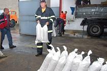 Českotěšínští hasiči si už dopoledne připravili pytle s pískem na stavění hrází.