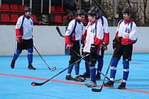 Karvinští hokejbalisté (v bílém) přemohli Opavu a vyhráli základní část I. ligy.