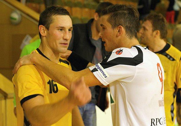 Viktora Hastíka (vlevo) si domácí fanoušci pamatují z jeho působení v Karviné.