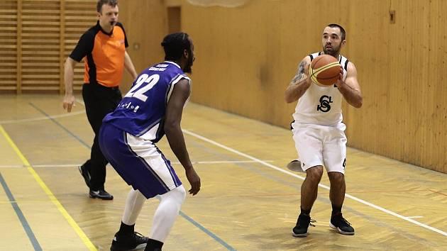 Basketbalisté Sokola příkladně bojovali (vpravo Lubomír Oswald), nakonec skončili třetí.