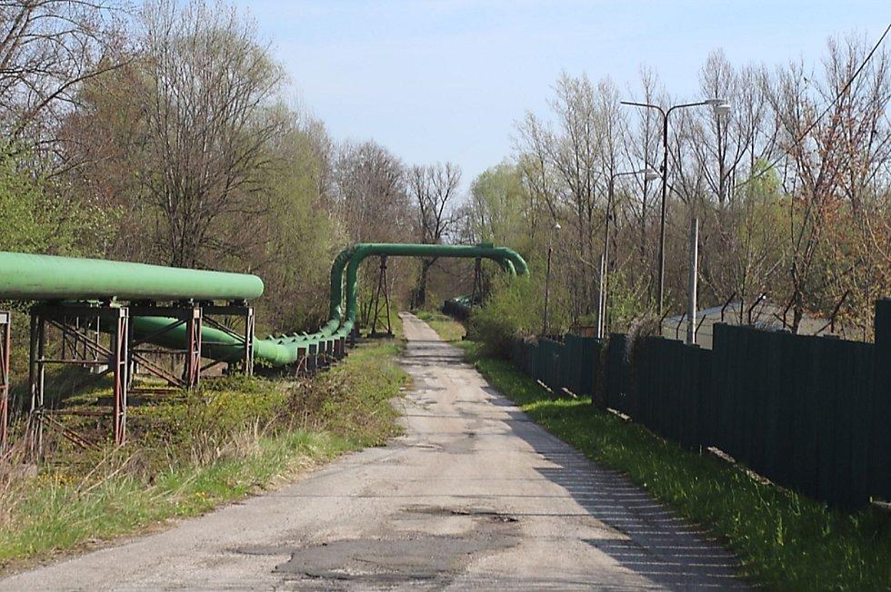 Cesta rozdělující dva bývalé tábory - vlevo byl sovětský, vpravo židovský (dnes skladiště teplárny).