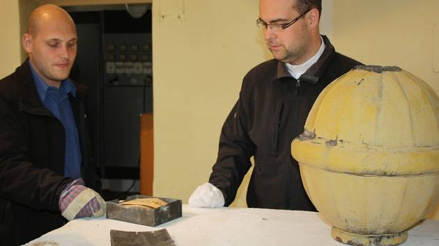 Katolický duchovní Daniel Vícha ukazuje dokumenty nalezené při opravě kostela sv. Marka v Karviné.