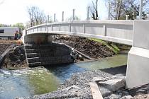 Nová lávka přes řeku Lučinu v Havířově v době těsně před dokončením.