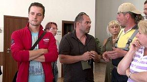 Ekologický aktivista Bohdan Svorník (uprostřed) při debatě s občany v Horních Bludovicích.