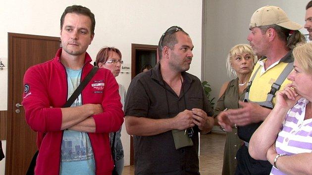 Ekologický aktivista Bohdan Svorník (uprostřed) při debatě sobčany vHorních Bludovicích.