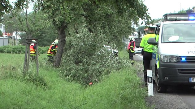 Hummer při nehodě přerazil strom