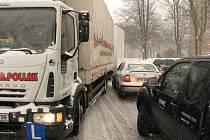 V Okrajové ulici měl velké problémy s vyjetím kopce řidič autoškoly s nákladním automobilem se zapojeným přívěsem.