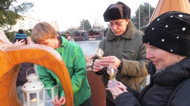 Novodobý vánoční symbol přátelství a naděje Betlémské světlo rozdávali v sobotu odpoledne ve Vánočním městečku na náměstí Republiky v Havířově místní skauti z II. katolického oddílu.