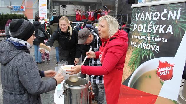 Armádě spásy pomáhala v rozlévání sváteční polévky primátorka Havířova Jana  Feberová. ... d2d572ea2b