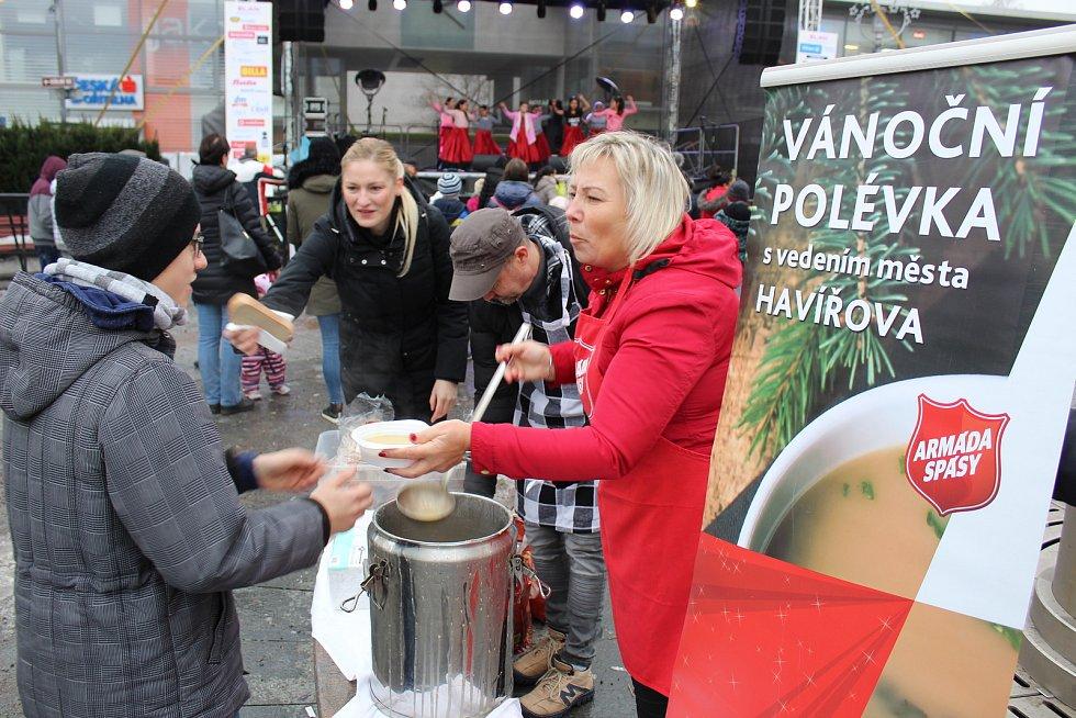 Armádě spásy pomáhala v rozlévání sváteční polévky primátorka Havířova Jana Feberová.