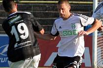 Mihailo Jovanovič (v bílém) se blýskl vítězným gólem do sítě Hradce Králové.