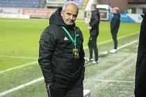 Sedí doma a sleduje zápasy. Trenér Karviné Juraj Jarábek řídí své svěřence na dálku.