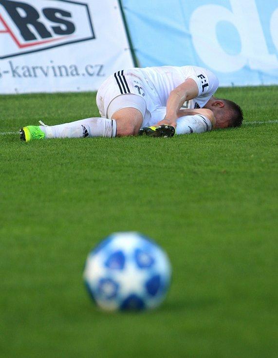 Karvinští fotbalisté (v bílém) podlehli Bohemians 0:1 a čeká je baráž.