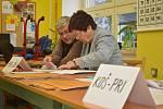 Na ZŠ Družby v Karviné-Novém Městě jsou tři volební okrsky. I tam žehrali v pátek v podvečer členové volební komise na malou účast.