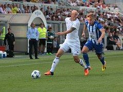 Marek Janečka (vlevo) si hlídá míč před protivníkem.