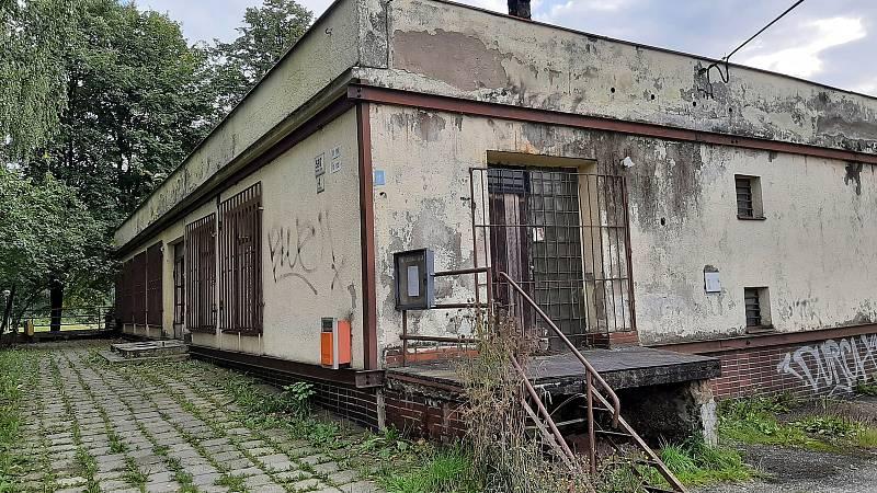 Karviná-Louky. Z původní obce zbylo torzo poté, co její velká část padla v 80. letech za oběť těžbě uhlí. Uzavřená prodejna potravin.