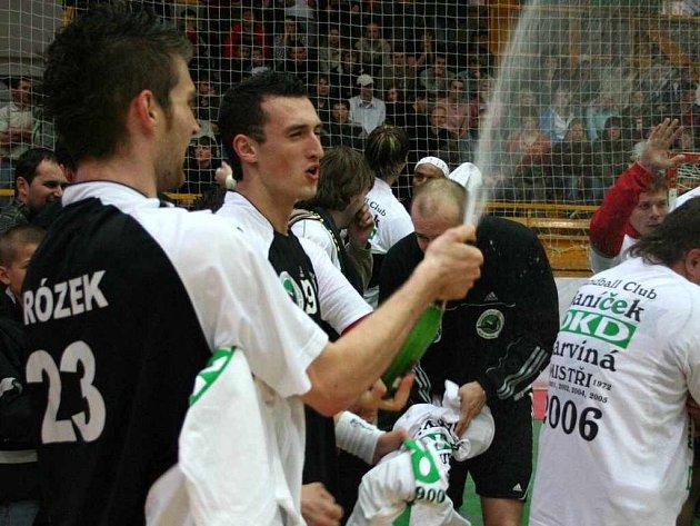 Takto se loni radovali karvinští hráči v Zubří. Bude tomu podobně i letos v Praze?