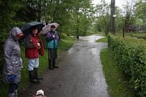 Lidé sledují hladinu Stonávky, která se v místě brodu dostala z koryta až k cestě do chatové osady.