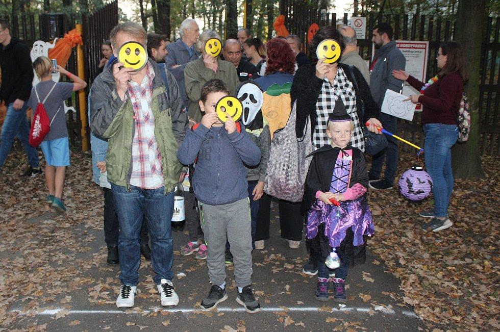 Celkem 786 lidí v maskách v průvodu dlouhém 480 metrů se sešlo v sobotu v Bohumíně, aby zde ustanovili nový český rekord.