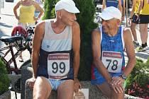 Původem ukrajinská běžkyně Natalila Malaia s číslem 29 a polský závodník Tomász Wrobel s číslem 62 se stali vítězi hlavního desetikilometrového závodu Městského běhu Karvinou, který se v sobotu odpoledne konal v centru města.