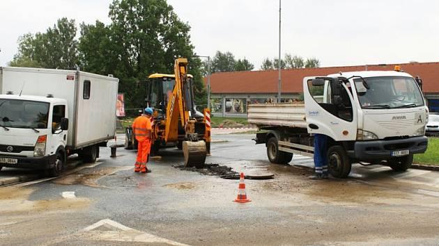 Havárie vodovodního potrubí komplikuje dopravu v Havířově-Šumbarku a zásobování sídlišť pitnou vodou.