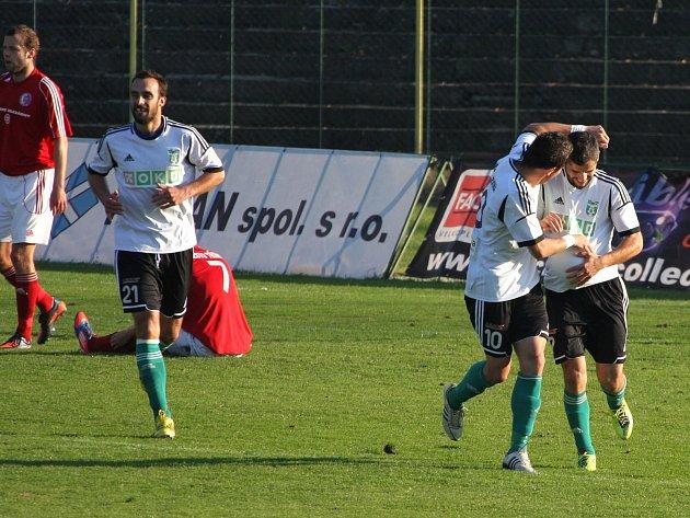 Karvinští fotbalisté (v bílém) porazili v zajímavém derby Třinec 2:1.