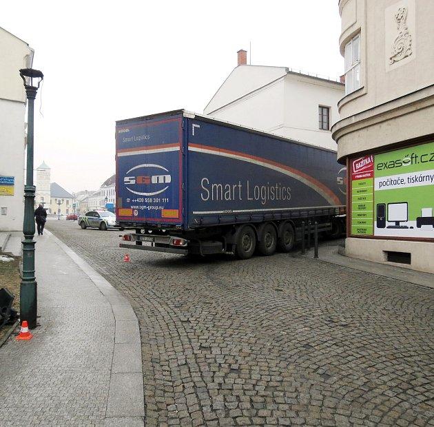 Při couvání zuličky narazil kamion do okrasného sloupu veřejného osvětlení. Škoda byla předběžně odhadnuta na 10tisíc korun.