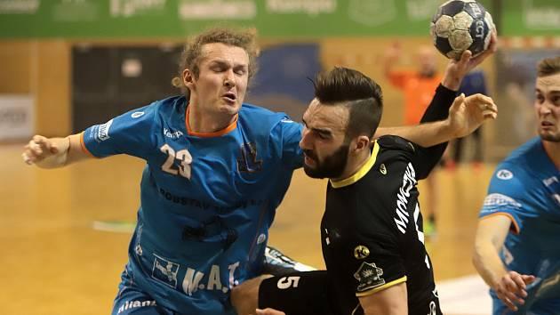 Házenkáři Baníku změří síly s Plzní. Na snímku u míče Marek Monczka sledován Janem Stehlíkem.