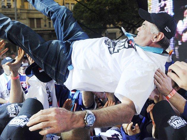 Vladimír Vůjtek létá nad hlavami svých hráčů po příletu do Bratislavy.