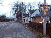 Po takovéto silnici jezdí nejen místní, ale i ti, kdo do Zimného dolu přijíždějí, už dlouhé měsíce.