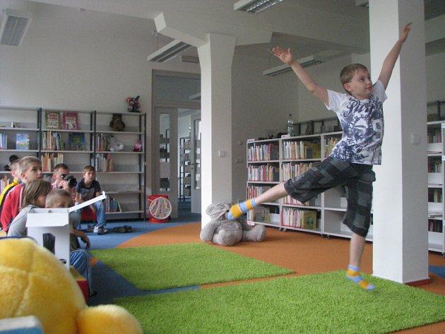 Děti, které navštívily karvinskou knihovnu, si při hraní videoher také zasportovaly.