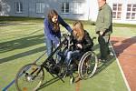 Předání sportovního invalidního vozíku.