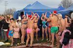 Do vod Kališova jezera v Bohumíně-Šunychlu se na Nový rok jako každoročně ponořili otužilci Mnoho jich tradičně jezdí z Polska.