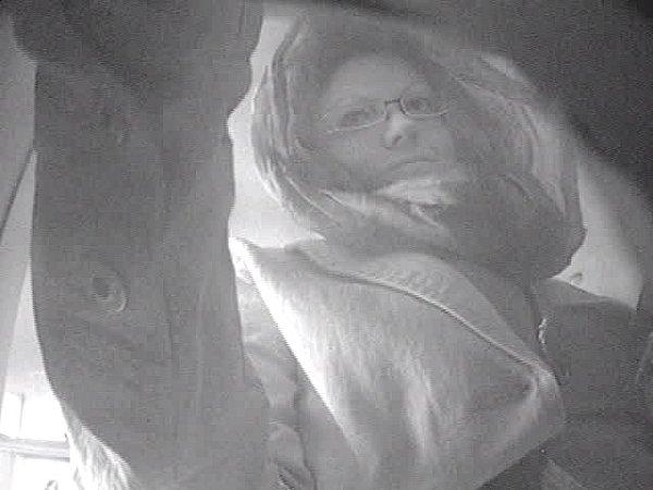 Policisté pátrají po ženě, která neoprávněně vybírala zbankomatu.