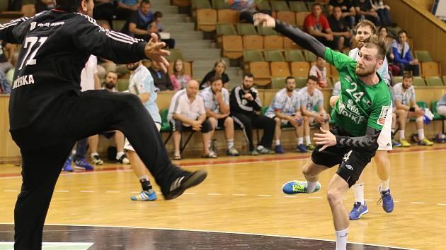 Bez Dominika Gelnara (v zeleném) a dalších tří hráčů se budou muset obejít v nové sezoně házenkáři Karviné.