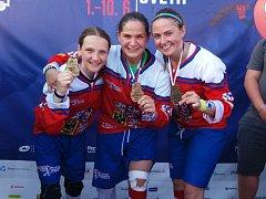 Kateřina Němcová (uprostřed) a Tereza Palová získaly hokejbalové zlato.