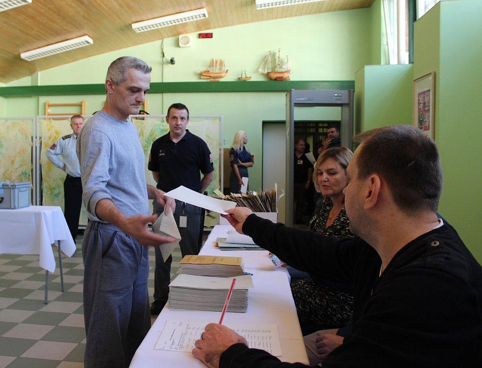 Hodinu po oficiálním otevření volebních místností volili také odsouzení v karvinské věznici.