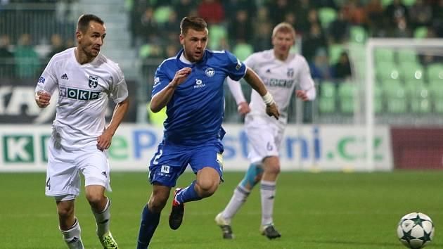 Jan Moravec (v bílém) a jeho spoluhráči budou dnes usilovat o poslední ligové body.