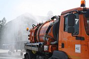 Rozpálené centrum Havířova svlažil kropicí vůz.