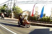 Zatímco v Orlové jízdu dětí mimo sedačky motocyklu strážníci neskousnou, jinde ve světě je to zcela běžné, například na indonéském Bali.