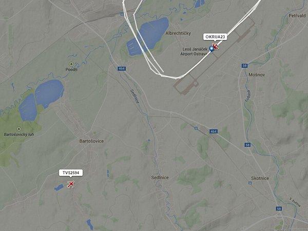 Snímek zachycuje pozici obou letadel tak, jak ji zaznamenal server Flightradar24.