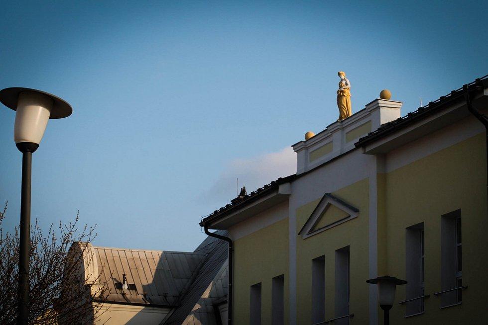 Hádanka č. 5: Socha na střeše pečovatelského domu ve Fryštátské ulici.