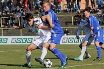Martin Holek (v bílém) dal v Sokolově vítězný gól.