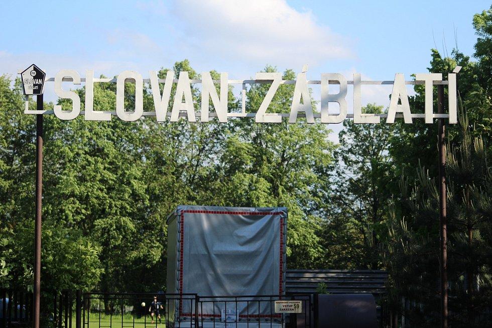 Vstupní brána. Vítejte na Slovanu Záblatí.