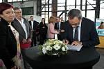 Jak Solich, právní ředitel OKD, připojuje svůj podpis pod Memorandum o spolupráci na obnově a rozvoji území Karvinska.