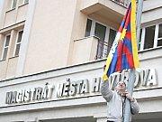 Tibetská vlajka se před havířovském magistrátem vyvěšuje podle aktuální politické nálady. Někdy ano, jindy ne.